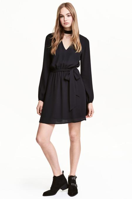 Vestido negro con choker
