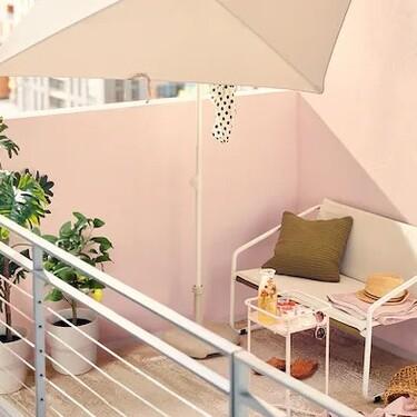 Los mejores parasoles o sombrillas compatibles con  balcones pequeños de Ikea y Maisons du Monde para disfrutar del buen tiempo