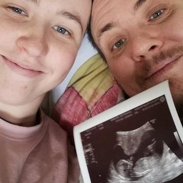 Un hombre transgénero ha dado a luz al bebé de su pareja no binaria con el esperma donado por una mujer transexual
