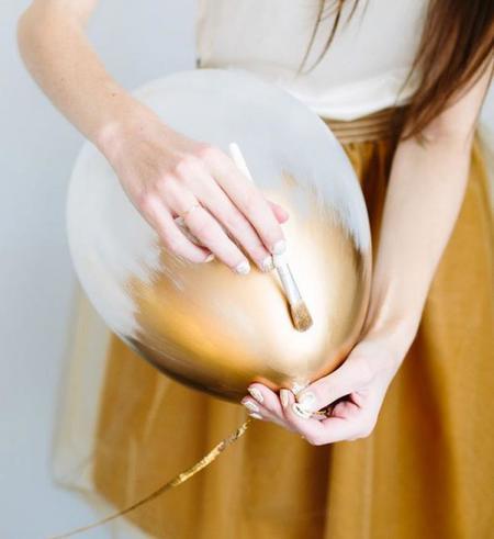 Hazlo tú mismo: Decora tu Fin de año con un clásico, los globos en oro y negro