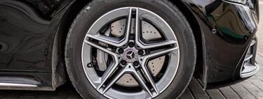 Que no te vendan un coche de segunda mano 'nuevo' con neumáticos 'viejos': comprueba cuándo se fabricaron para que no te la cuelen