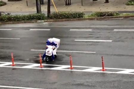 Hay un tifón y quiero pizza, así que... que se joda el de la moto