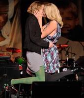 Besar a Charlize Theron sale por 93.000 euros