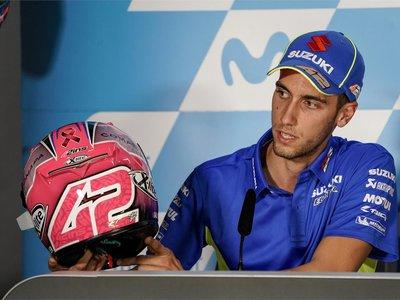 Álex Rins ayuda a luchar contra el cáncer de mama en el GP de Aragón con casco, botas y guantes especiales