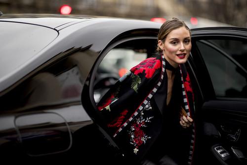 Olivia Palermo o cómo triunfar con un look negro (con detalles rojos)