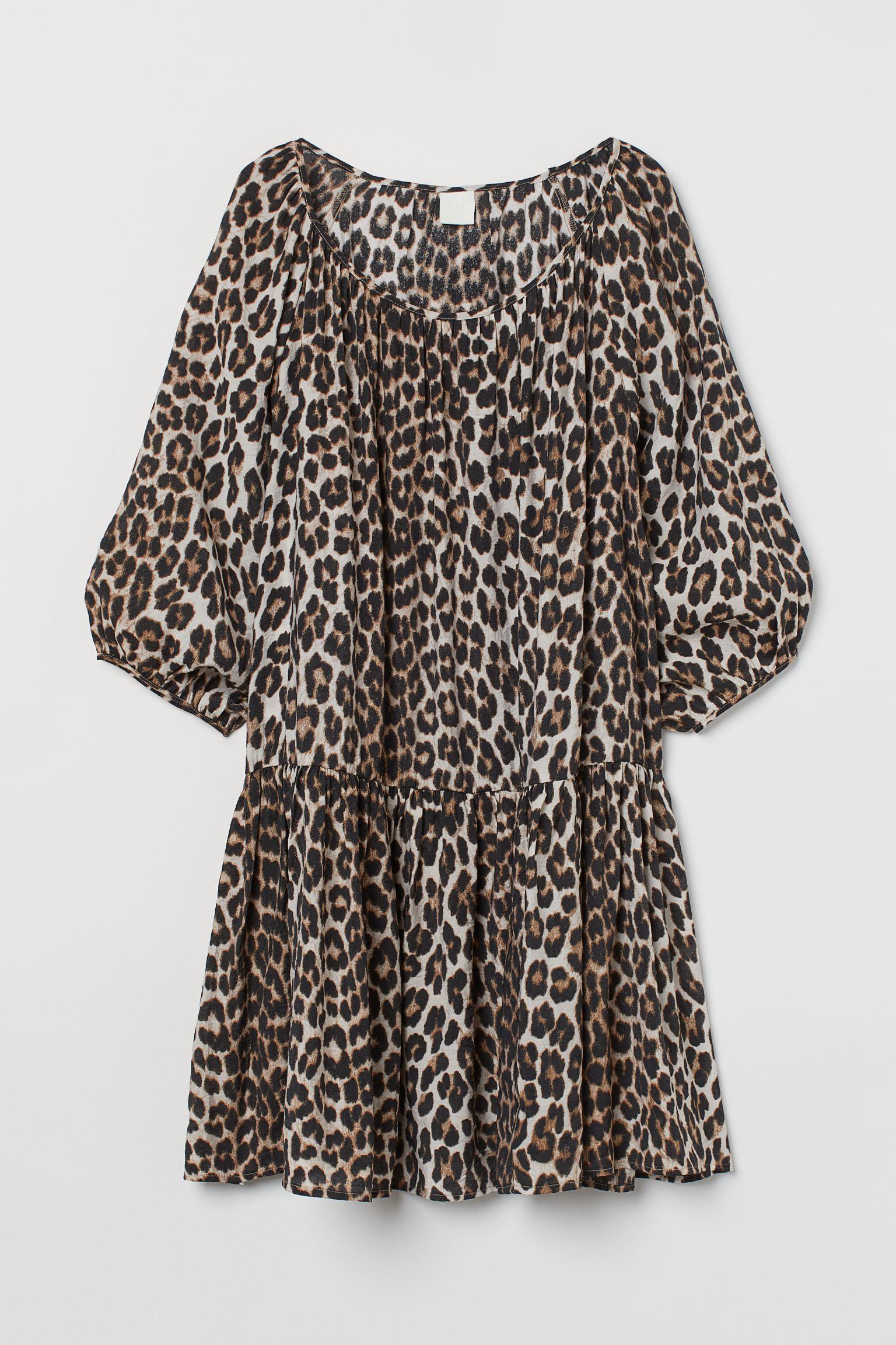 Vestido corto en tejido vaporoso de mezcla de viscosa. Escote amplio fruncido, manga francesa con remate elástico fino y costura fruncida en el bajo para dar vuelo.