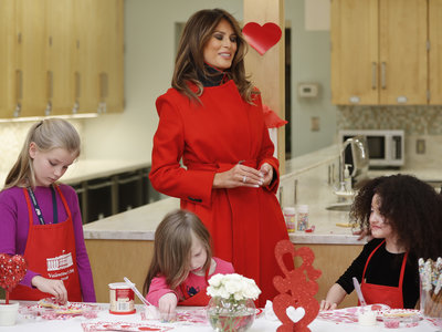 Melania Trump celebró San Valentín rodeada de niños y vestida de color rojo (como manda la tradición)