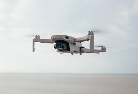 DJI Mavic Mini es un pequeño dron plegable capaz de sacar fotografías a 12 megapíxeles y vídeos a 2,7K