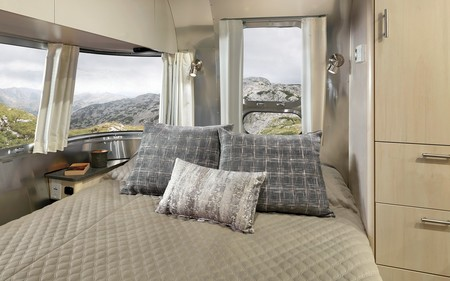Airstream renueva su caravana Flying Cloud y nos pone los dientes largos con un interior de lujo desde 70.300 euros