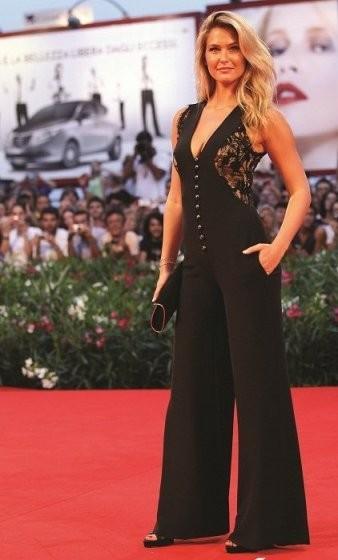 Bar Refaeli mejora la alfombra roja de Venecia y Madonna... hace lo que puede
