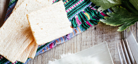 Aguacates rellenos de ensalada de surimi. Receta fácil