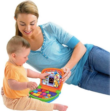 madre e hijo con ordenador Fisher-Price
