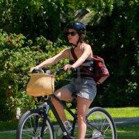Rachel Bilson, entre la bicicleta y la almohada