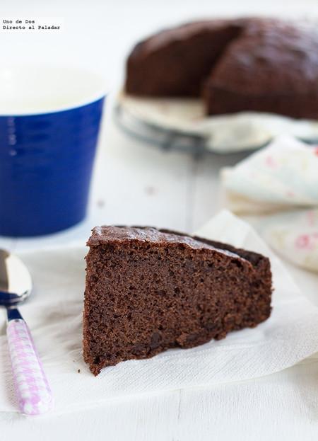 Bizcocho de vino tinto con trocitos de chocolate, receta para un desayuno o merienda especial