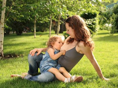 ¿Qué es lo que realmente molesta al ver a una madre amamantando a su bebé?