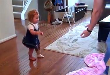 La bebé que se ha hecho famosa al dar sus primeros pasos con una prótesis