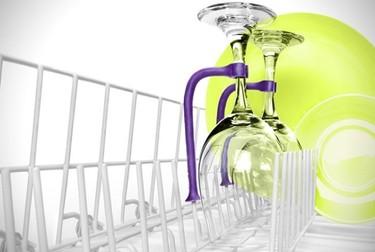 Una buena idea: un accesorio para sostener las copas en el lavaplatos