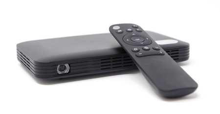 Este proyector portátil viene con conexión 4G para que puedas ver en streaming tus series favoritas fuera de casa