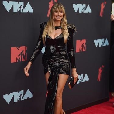 Heidi Klum es fiel a su estilo con un mini(mini)vestido negro para acudir a los MTV VMAs 2019