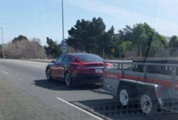 Pillado un Tesla Model S tirando de un remolque
