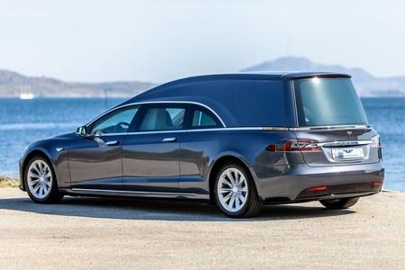 En Noruega muestran la versatilidad del Tesla Model S convirtiéndolo en una carroza fúnebre