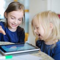 Las niñas usan más las redes sociales que los niños, y les afectan más negativamente a su felicidad