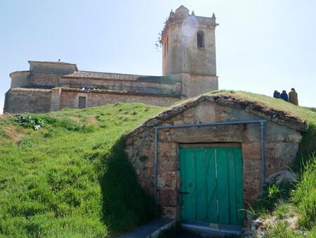 Un viaje por las bodegas de Arlanza: el Hobbiton de Burgos, donde hartarse a vino y lechazo
