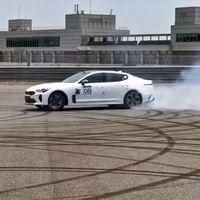 Aquí tienes al Kia Stinger como nunca lo habías visto: abrasando ruedas con un inmenso burnout, en vídeo
