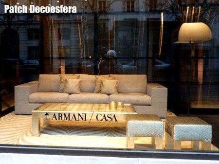 Escaparate de Armani casa en París con sofá.
