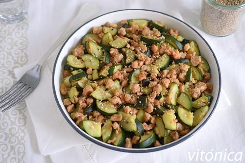 Salteado de calabacín con soja texturizada y sésamo: receta saludable fácil y rápida