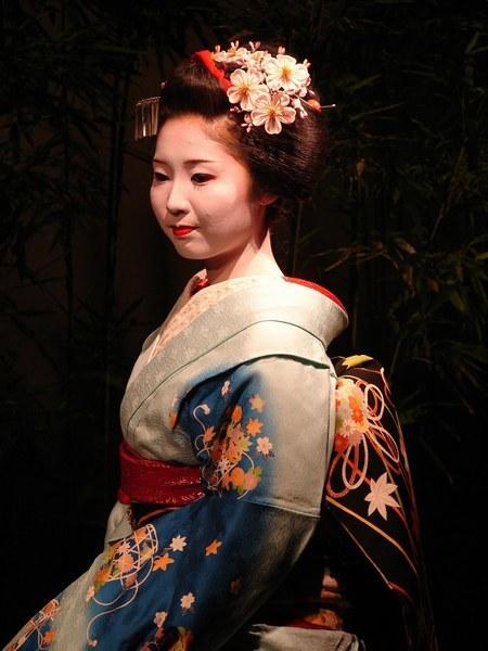 Una de las geishas que actúan de anfitrionas