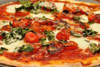 Por qué la mozzarella es el mejor queso para la pizza y el cheddar la peor opción