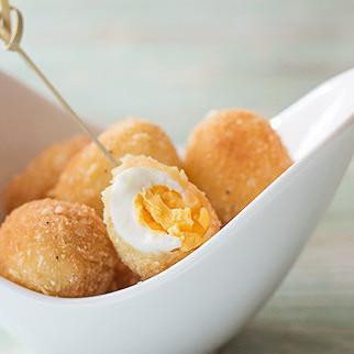 Huevos de codorniz con almendra, receta de aperitivo para Navidad