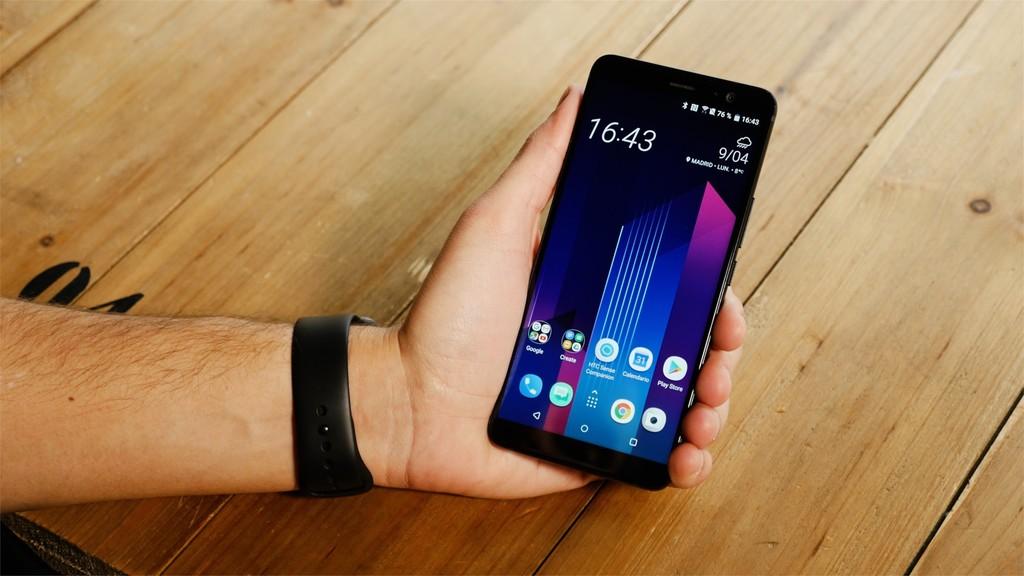 HTC U11 Plus en mano