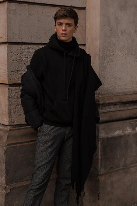 La Hoodie Negra La Prenda Clave Del Street Style De La Semana 07