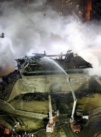 La gran puerta del sur de Seúl, arrasada por el fuego
