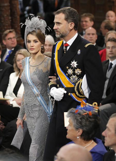 La princesa Letizia acierta con su look en la coronación de los reyes Guillermo y Máxima de Holanda