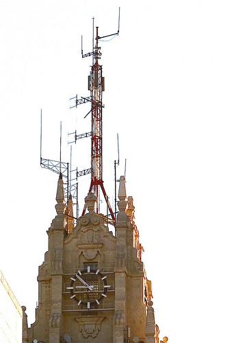 antena de telefonía en una torre con reloj