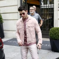 El rosa también es el color del verano para Nick Jonas