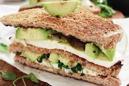 Sándwich de aguacate y dos quesos. Receta en video para el regreso a clases