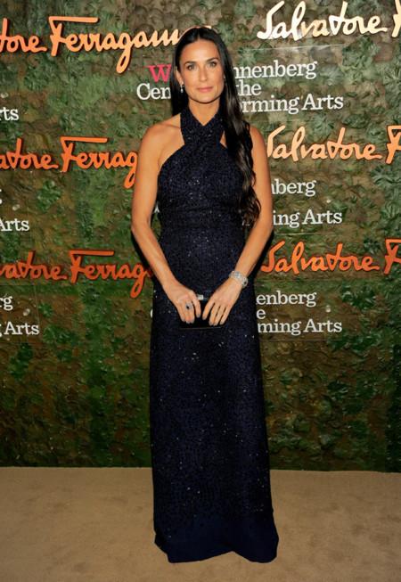 en la Gala inaugural del Centro de Artes escénicas Willis Anneberg con un vestido azul marino con escote halter de Salvatore Ferragamo