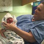 El parto en el agua más extraño de la historia: se dio un baño sin saber que estaba embarazada y salió con un bebé