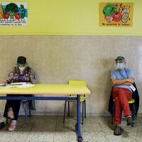 Voluntarios, mesas aleatorias y no publicar resultados: cómo pretende Cataluña salvar sus elecciones