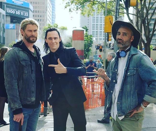 Taika Waititi con Chris Hemsworth y Tom Hiddleston