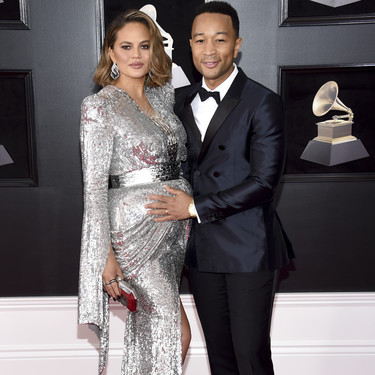 Chrissy Teigen se atreve con el color plata en los Grammy 2018 (y causa sensación)