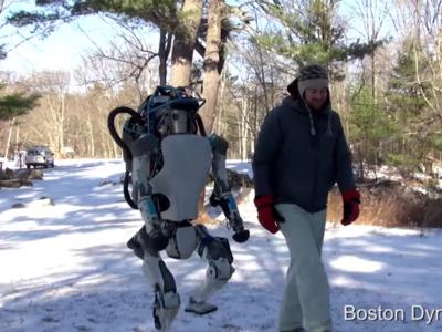 Fascinante vídeo del nuevo robot Atlas: camina, se levanta y carga objetos como los humanos