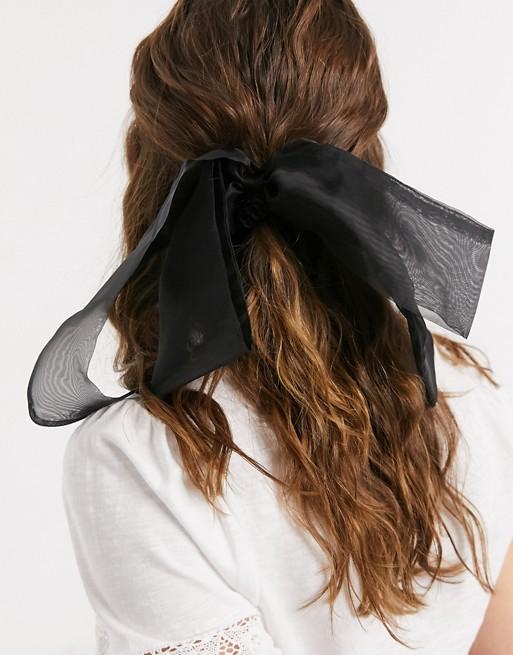 Pañuelo negro con lazo para el pelo de Asos Design.