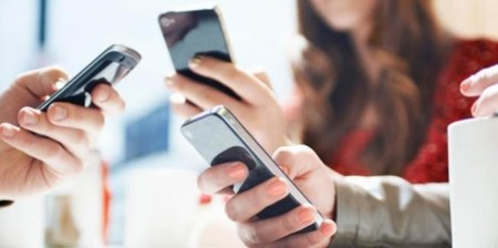 """Según la OCU, el 25% de los españoles está """"enganchado"""" al uso constante del móvil"""