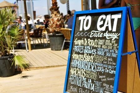 Si vas a comer de chiringuito este verano, esto es en lo que debes fijarte para hacerlo de forma segura