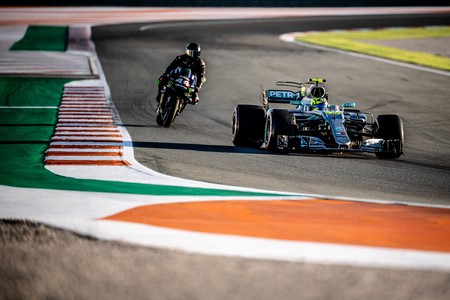 Primer vídeo y fotos oficiales de Valentino Rossi y Lewis Hamilton pilotando la MotoGP y el Fórmula 1